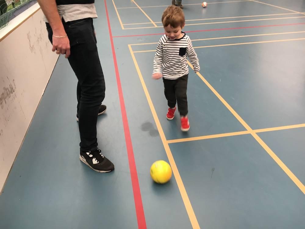 Het eerste lesje Voetjebal