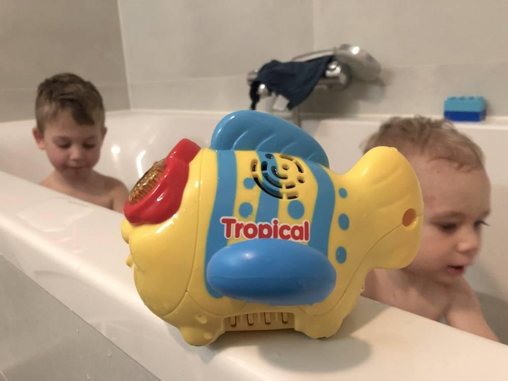 Spelen in bad met Blub Blub Bad-figuren