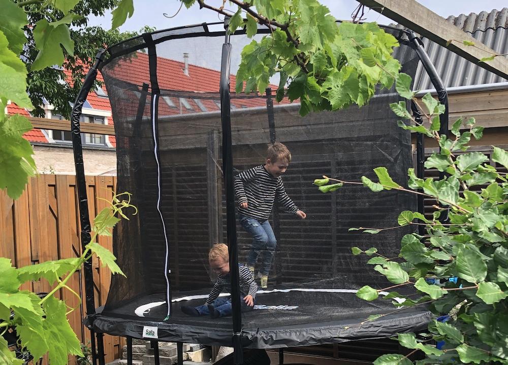 De nieuwe hobby van de kinderen: trampoline springen